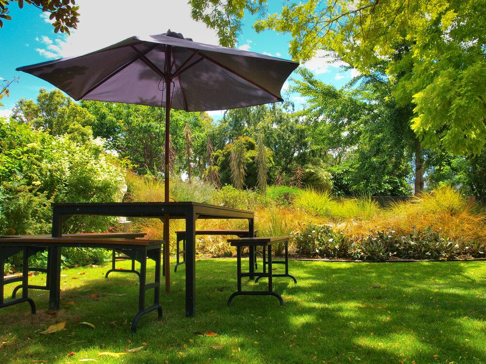 Gartenmöbel im Schatten — Stockfoto